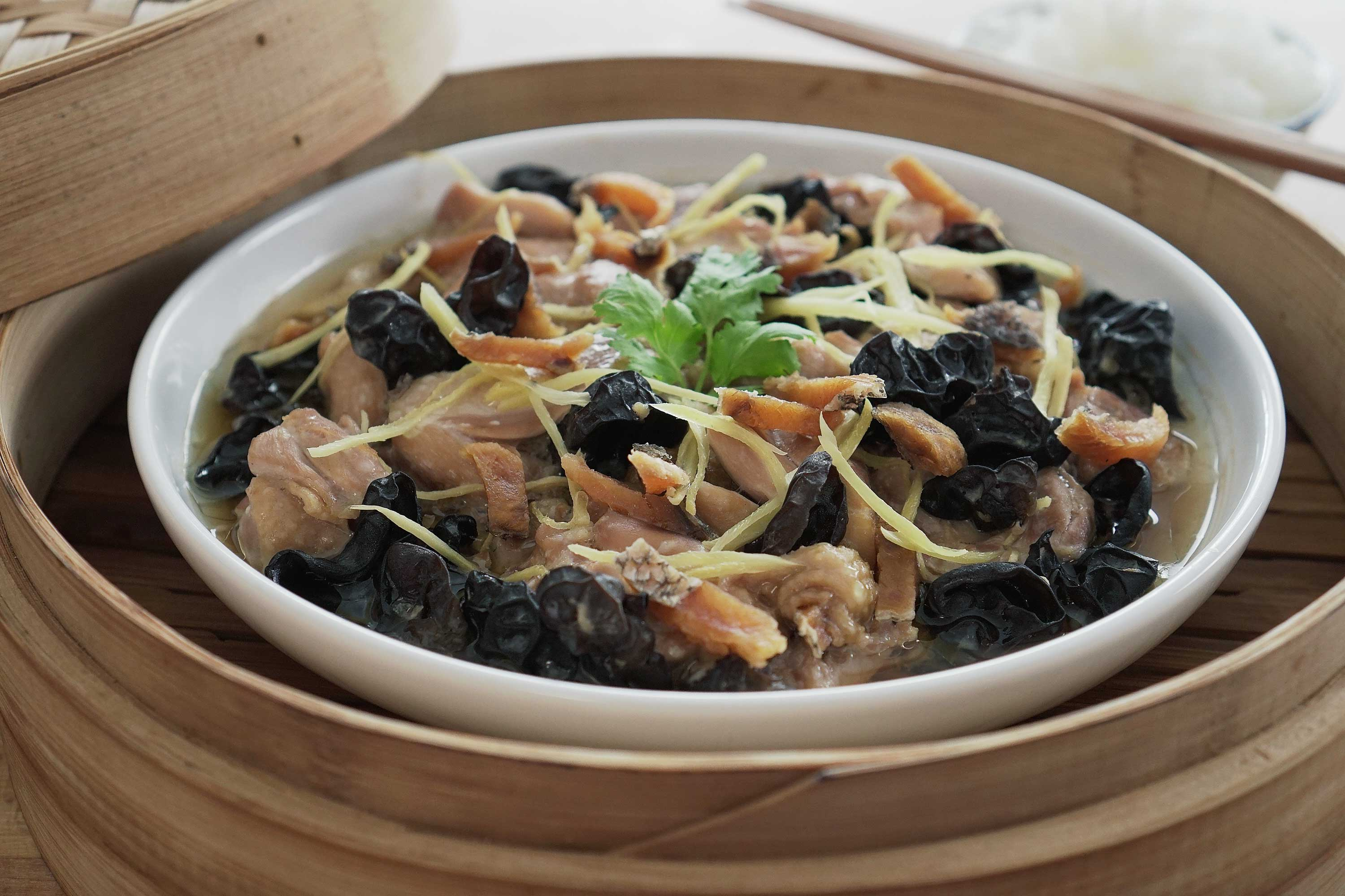 Steamed Chicken With Salted Fish - 咸鱼蒸鸡肉